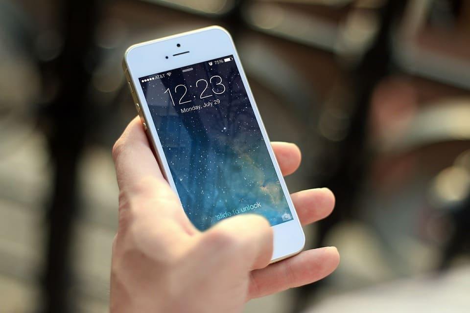 iPhoneを操作している画像